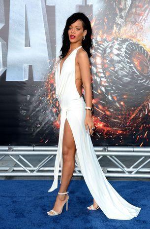 7.- Rihanna. Desde que Angelina Jolie sacó la pierna derecha de su elegante vestido negro Versace, en los últimos Oscar, las alfombras rojas del mundo se han visto inundadas de aberturas de faldas cada vez más elevadas. Sin duda, muchas han sido gloriosas, como la que hace pocos días lució Kristen Stewart en la alfombra roja del Festival de Cannes, en su bello vestido de Balenciaga. Según la web del Huffington Post, esta tendencia es sensacional, sin embargo, estos escotes han sobrepasado su…