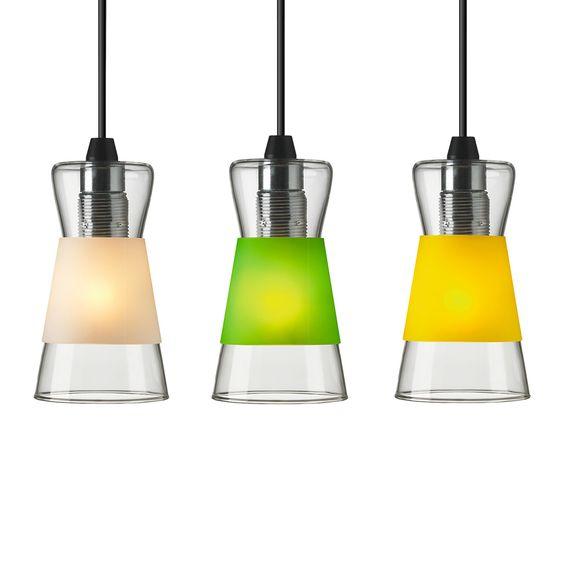 Wisząca, szklana lampa. Można ją użyć taką jaka jest lub z kolorową osłoną wykonaną z polipropylenu, w zależności od humoru. Kolorowe osłonki lampy pozwalają na ubieranie i rozbieranie lampy w sposób szybki i łatwy. Dostępne w 3 wariantach kolorystycznych. Przewód o długości 2 metrów z wtykiem do podłączenia do sufitu. consentono di rivestire e svestire la lampada in modo facile e veloce. Inlude 3 varianti colore. Zalecane żarówki: 60W / E27. Żarówki nie są wliczone.