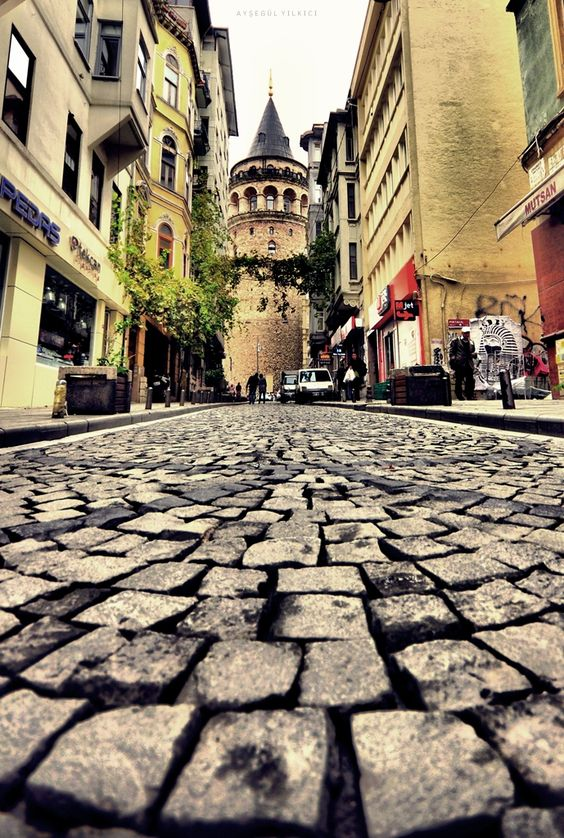 Dar ise sokaklar Üstünüze geliyorsa binalar Bu şehir artık size ait değildir ...