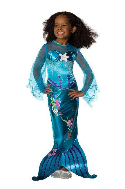 Meerjungfrau Kinderkostüm Nixe blau, aus unserer Kategorie Karnevalskostüme Kinder. Diese kleine Nixe spielt mit ihren Freunden in den Ruinen von Atlantis und schwimmt mit Delphinen um die Wette. Das Leben unter dem Meer hält einfach jeden Tag neue Abenteuer bereit! Ein süßes Kostüm für Fasching und Mottopartys.