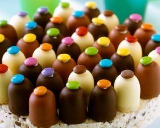Gâteau d'anniversaire au nougat glacé, guimauves chocolatées et Smarties® : http://www.fourchette-et-bikini.fr/recettes/recettes-minceur/gateau-danniversaire-au-nougat-glace-guimauves-chocolatees-et-smartiesr