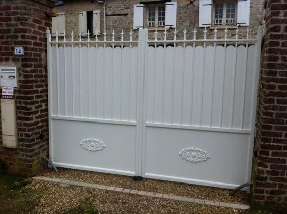 portail traditionnel blanc avec feston nage et fleurs de lys portail aluminium pinterest. Black Bedroom Furniture Sets. Home Design Ideas