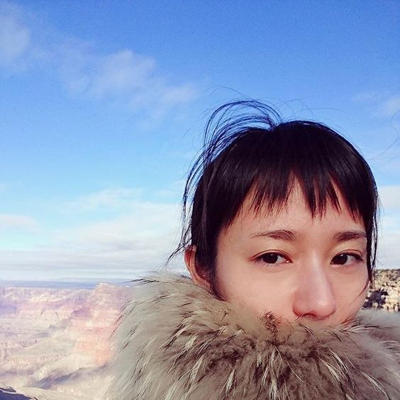 大自然をバックに写真を撮る木村文乃さん