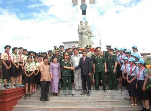 Những quan chức hai nước chụp ảnh lưu niệm nhân ngày khánh thành tượng đài