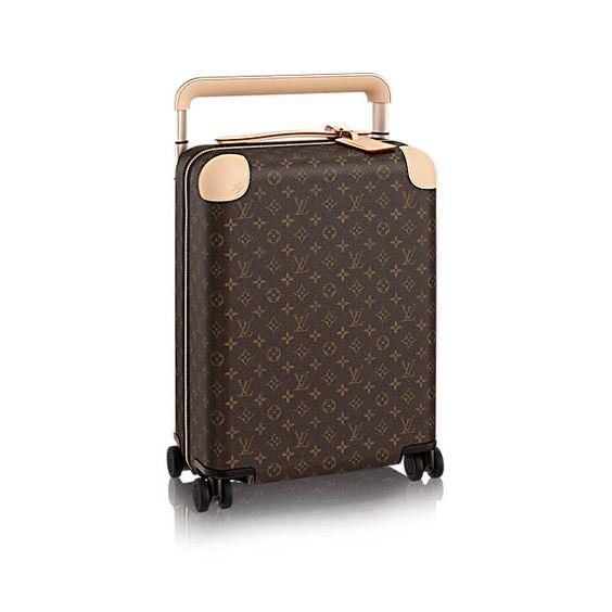 Descubra a Louis Vuitton New Rolling Luggage 50:  Conheça o futuro das malas elegantes com rodinhas. Imaginada por Marc Newson, muito…