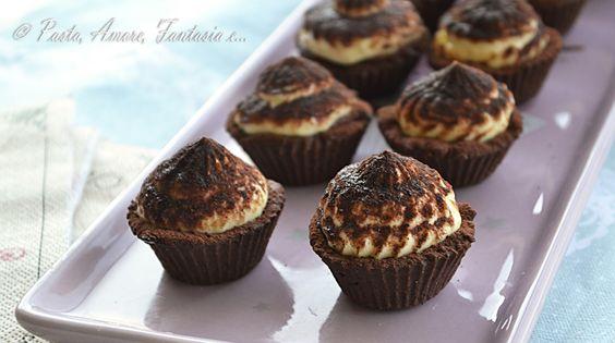 Buonasera a tutti!  Guarda cosa vi propongo oggi :-P Cestini di Frolla al Cacao con Crema al Tiramisù che ho avuto modo di assaggiare in u