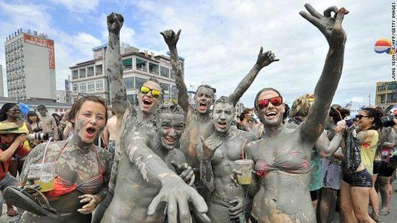 Lễ hội bùn không chỉ rất thú mà còn rất tốt cho sức khỏe và cho da