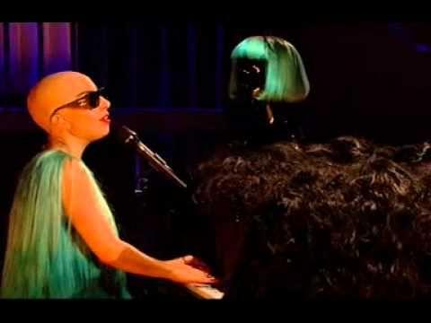 Lady Gaga em performance da música HAIR. Detalhe sem o próprio HAIR dela. #OREMOS