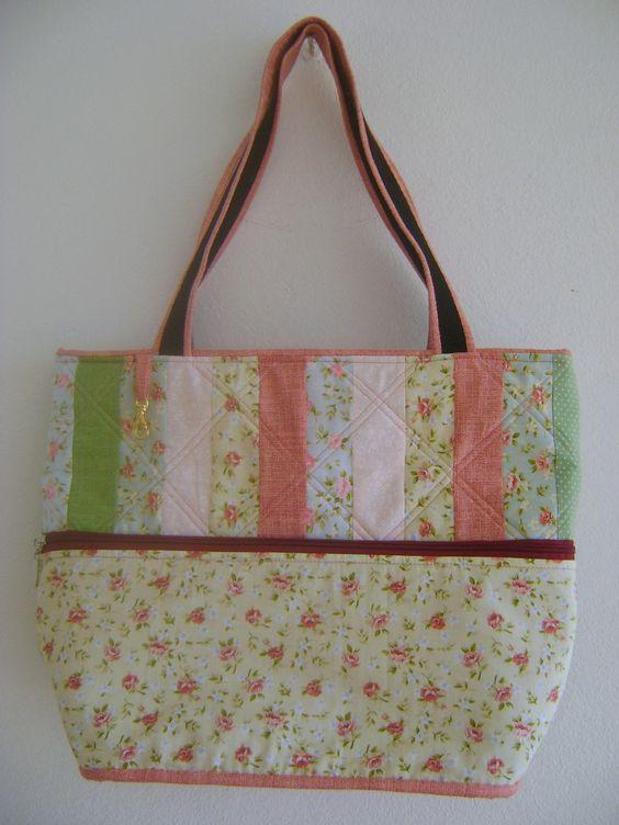 Bolsa feita em tecido 100% algodão com fechamento em zíper. <br>Medidas aproximadas: 31cm de largura, 33 cm de altura e 14cm de profundidade.