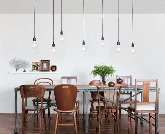 Fora dos padrões. #Mesa de jantar com cadeiras diferentes dão um toque divertido, despojado e original. Detalhe importante: lâmpadas!: