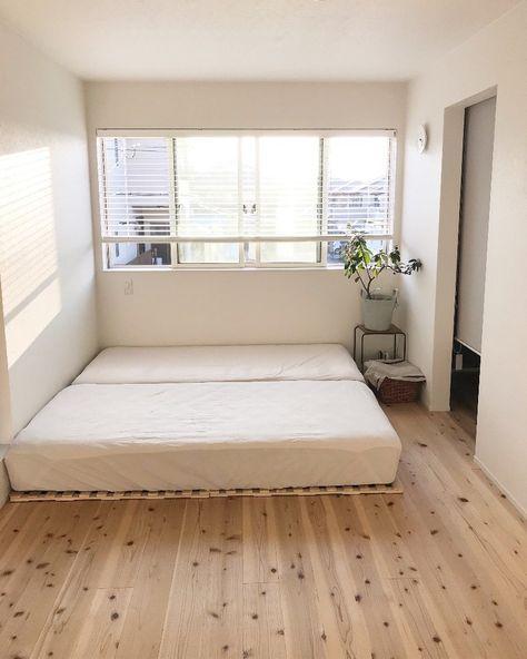ベッドルームをスッキリと ニトリ 折りたたんで布団干しも出来るスノコベッド 布団 フローリング ベッドルームのアイデア スノコベッド
