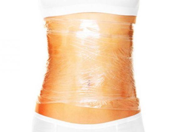 Body Wrapping soll den Körper straffen und gegen Cellulite helfen. Aber was steckt wirklich dahinter? Funktioniert das Schlankwickeln überhaupt?