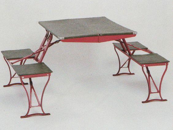 """Nel 1931 la società Americana Handy Table Set Co. brevettò il design di questo tavolino pieghevole, nominato come: """"un tavolo combinato, portatile e con posti a sedere"""". Con il tempo la versione di legno robusto è stata sostituita da struttura in metallo sottile (1940)."""