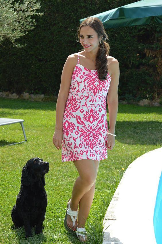 1000 MANERAS DE VESTIR: Warm. White and pink printed dress+white flat sandals. Summer Outfit 2016 Vestido blanco con estampado fucsia+sandalias blancas planas. Outfit Verano 2016