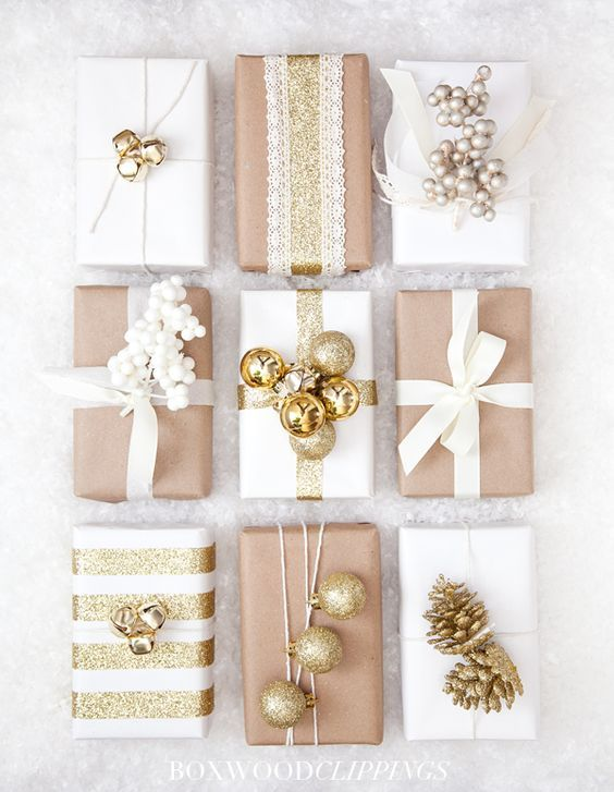 Usa esferas y motivos blancos y dorados para envolver tus regalos navideños.