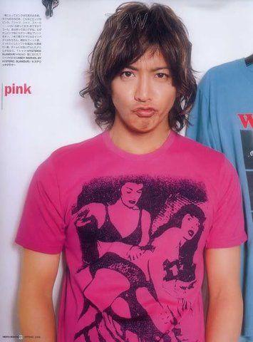 ピンクのTシャツをきている木村拓也