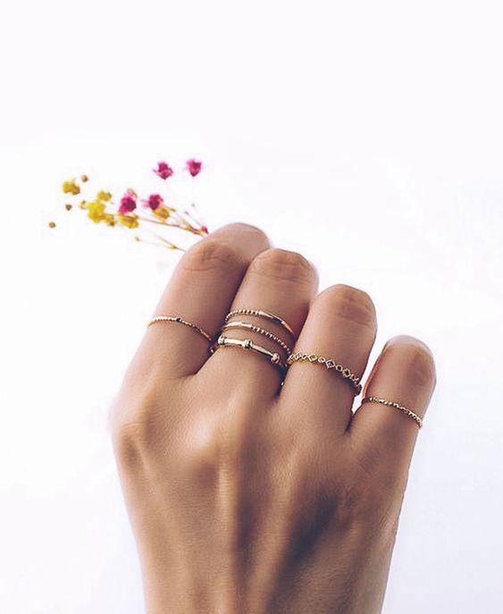 Veja agora mais de 40 dicas de como usar delicados para deixar o visual incrível, lindo e sofisticado.     anéis delicados, aneis delicados, anéis misturadores, anel, aneis, modelos de aneis, modelos de aneis de ouro, anel feminino, anel aparador de aliança, aneis de ouro, acessorios delicados, misturar acessorios