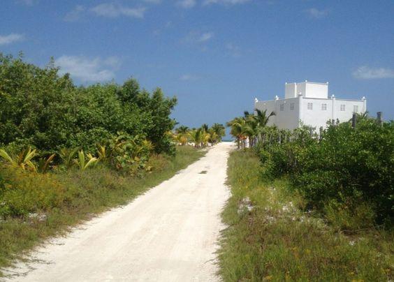 Invertir en Isla Holbox para construir la casa de playa de sus sueños, es tener la posibilidad de escapar de la rutina y emprender la travesía a un lugar que está lleno de hermosos paisajes enmarcados en el azul turquesa del mar caribe mexicano.