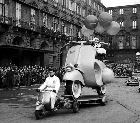 """fabforgottennobility: """" Una Vespa gigante trasportata da un'altra Vespa alla sfilata dei carri allegorici durante il Carnevale a Torino, nel 1954. (©Silvio Durante / LaPresse Archivio Storico) """""""