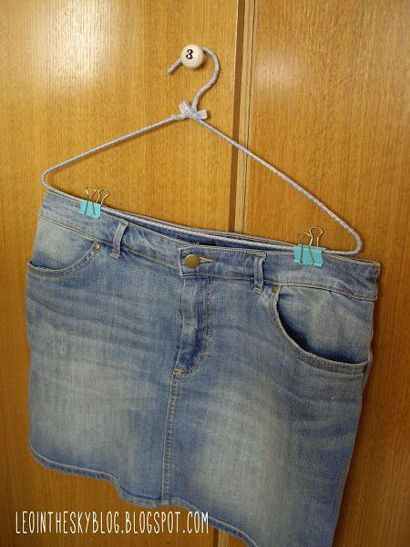Tontunas Prácticas: Otro uso para las pinzas sujeta papeles - ¿Necesitas perchas de pinzas para colgar pantalones y faldas? Pues improvisarte unas con esta solución tan útil: ¡utilizar las pinzas sujeta papeles! Queda estupendo.