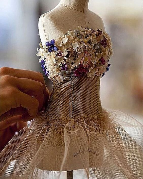 @dior #gown#fashion #fashionblog #fashionista #fashiondesigner #fashionstyle #hautecouture #hautecouturedress #couture #couturefashion #couturiere #designer #wonderland #embroidery #moda#paris#atelier #atelierparis #dress#dresses#dressed#dresscode #dressmurah