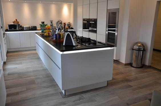 designer profi k che kochinsel weiss mit dunkler arbeitsplatte fliesen in holzoptik von. Black Bedroom Furniture Sets. Home Design Ideas
