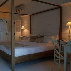 Beachfront-Zimmer  Neun besonders schöne Zimmer, darunter fünf im ersten Stock, alle lichtdurchflutet und direkt am Wasser liegend, bieten einen freien Ausblick auf die Bucht.