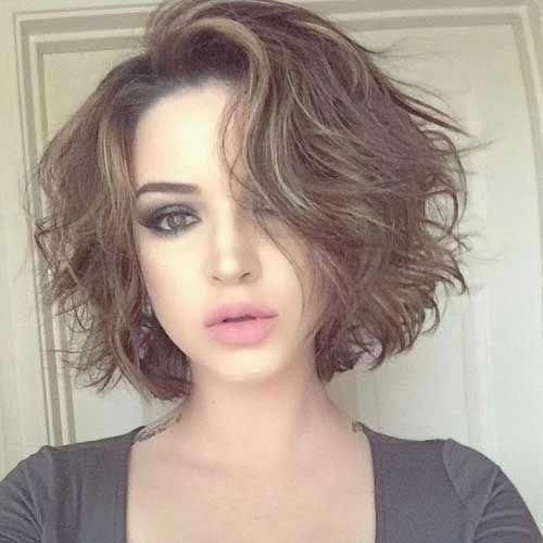Here Are 17 More Fresh Layered Short Hairstyles For Round Faces From Short Haircut Messy Short Hair Short Hair Styles For Round Faces Haircuts For Wavy Hair