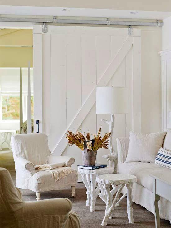 Tavolini e lampada fatti con vecchi tronchi dipinti di bianco: rustico chic
