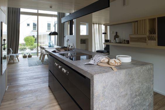Die Küche als Insel, eingerahmt von einer Arbeitsplatte aus - arbeitsplatte küche nussbaum