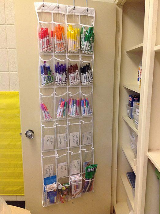 Une astuce d'organisation par jour : le petit matériel derrière la porte. - Charivari à l'école