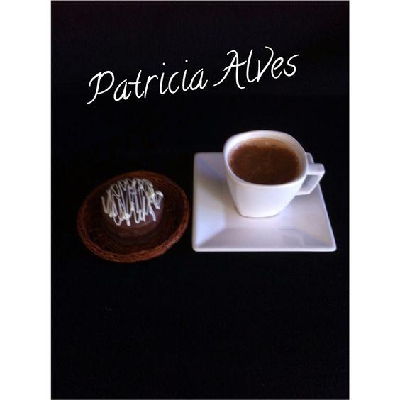 Cappuccino cremoso com chocolate belga acompanhado com pão de mel.