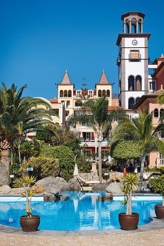 Un Spa en el paraíso - AD España, © D. R. Vista general de la piscina, en suave azul, del Gran Hotel Bahía del Duque Resort, en Tenerife.