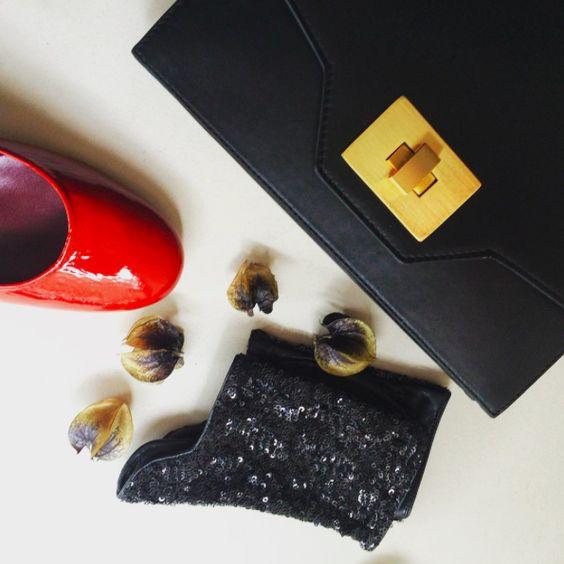 Le #sac Marion noir avec les #chaussures Rosy vernis mangue, parfaite pour aller danser.  #fashion #bag #shoes