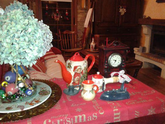 Tetera, azucarero y jarra de leche craquelada y pintada de navidad. Plancha antigua recuperada y reciclada. La Gandara