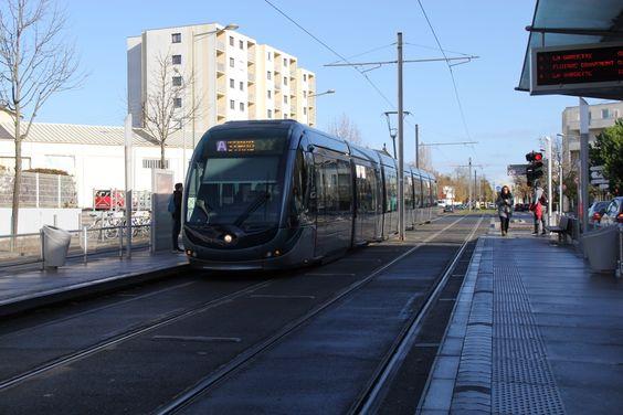 Трамвай на остановке, встречное направление