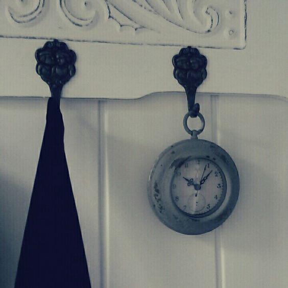 Lief #klokje aan de #kapstok die geverfd is met witte #krijtverf. #farmhouse #gang #hallway #mudroom #clocks #brocante