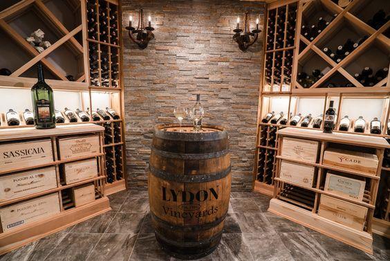 Cave à vin avec de nombreux rangements et un tonneau comme table