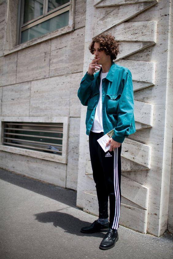 グリーンブルゾン×白Tシャツ×黒トラックパンツ