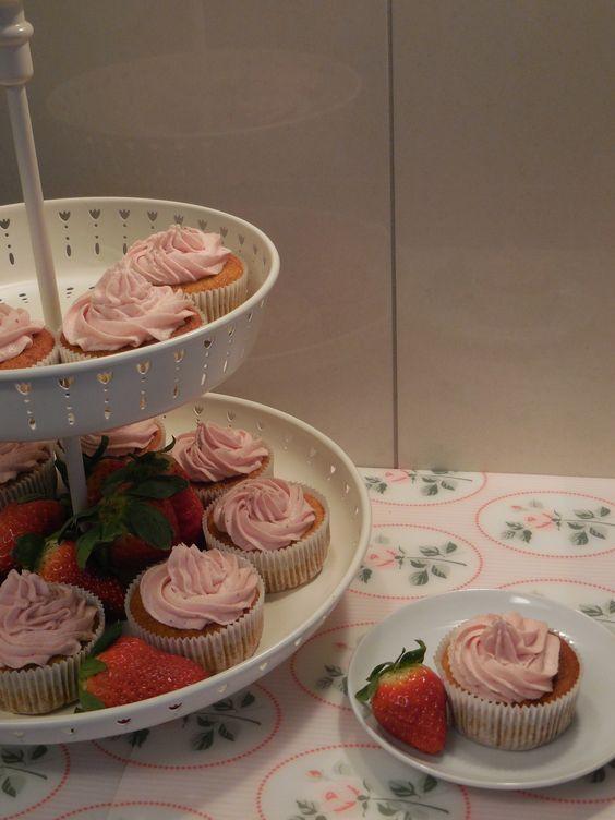 Super-süsse Bananen-Cupcakes mit Erdbeer-Topping. Ein kinderleichtes Rezept für die himmlischsten Cupcakes, die ich je selbst gebacken habe.