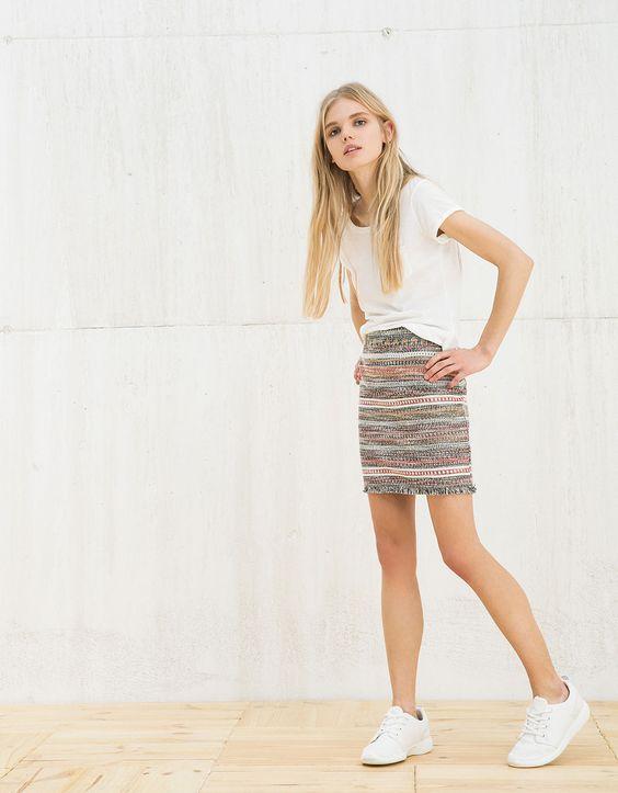 Saia mini BSK jacquard tiras em baixo. Descubra esta e muitas outras roupas na Bershka com novos artigos cada semana