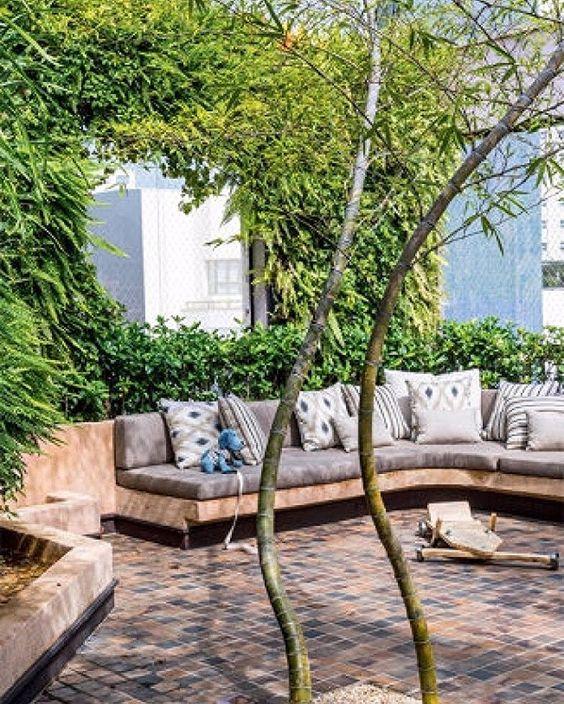 O sofá de alvenaria revestido de fulgê foi o escolhido para acompanhar este jardim instalado num terraço em São Paulo pelo paisagista Alex Hanazaki. #revistacasaclaudia #decoração #decor #decoration #jardim #verde #green #casa #house #home #homdecor