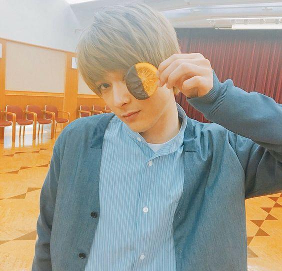 お菓子を持っておちゃめなポーズをする吉沢亮の高画質画像