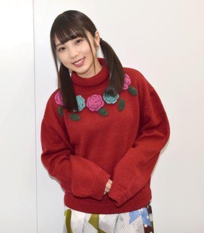 薔薇の刺繍のついた赤い服の与田祐希