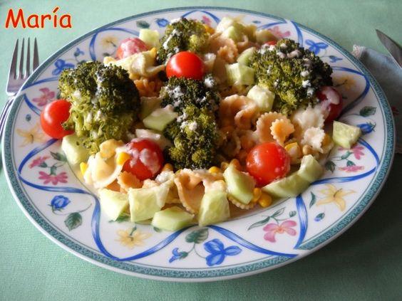 Ensalada de brócoli y pasta con vinagreta de yogur