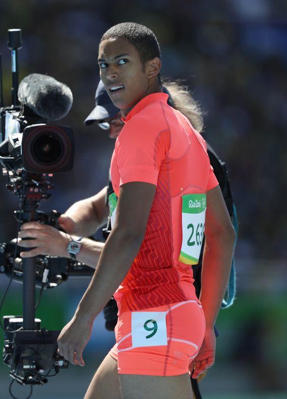 リオデジャネイロ五輪の陸上男子100メートル予選で結果を見るケンブリッジ飛鳥。 #陸上 #リオ五輪 #オリンピック