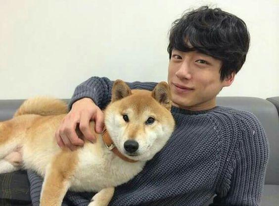 柴犬とツーショットの坂口健太郎