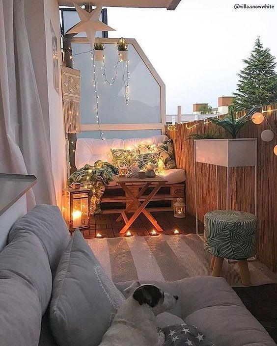 È tempo di decorare la terrazza. Tutti noi sogniamo un grande giardino, ma anche contesti più piccoli, come balconi e terrazzi possono regalare, se ben progettati, delle piccole oasi di benessere e relax ricche di atmosfera. Divani pallet, piante, poltrone e piccoli dettagli trasformano i tuoi esterni! ? @villa.snowwhite // Idee Casa Privacy Stretto Arredo Piante Fai Da Te DIY Moderno Estate Primavera Poltrona Amaca Tetto #balcone