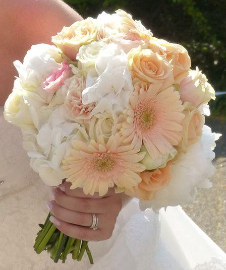 Peach und weiss mit Gerbera, Rosen und Hortensien. Hochzeitsdekoration ...