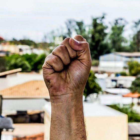 Levante os punhos se não quiser morrer.  Fotografia: @denioguarieiro_ #foratemer #levanteospunhos #acao #abracesuasombra #fresno #protesto #luta #brasil #style #arte #fotografia #ootd #resistir